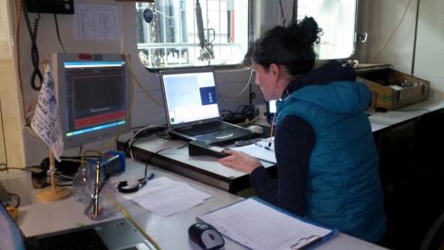 Abbildung 2  Geräte Fahren: Stefanie Hatzky bei Ihrer nächtlichen Aufgabe, dem Fahren und Überwachen der Geräte an den Monitoren, Foto: Burkhard von Dewitz