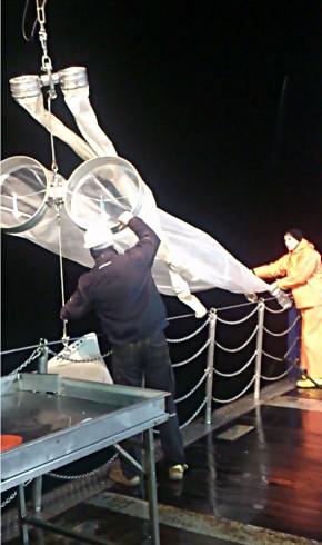 Abbildung 3  Julio Greenway beim Ausbringen des Bongos mit Crewmitglied Stefan, Foto Stefanie Hatzky