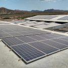... wo wir die Solarpanele sehen können, die einen großen Teil der Energieversorgung des OSCM abdecken. / ... where we can see the solar panels that supply the greatest part of the electricity needed  by the OSCM. (Photo: Cordula Zenk/GEOMAR)