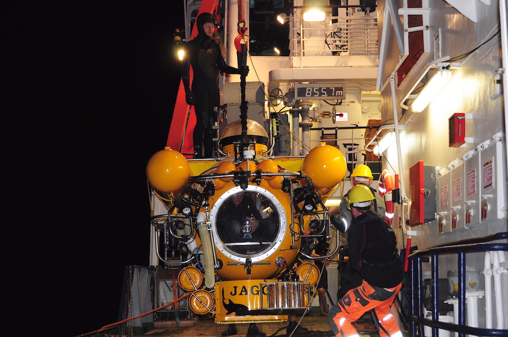 Fahrtleiter Henk-Jan Hoving und JAGO-Pilot Jürgen Schauern starten zu einem Nachttauchgang. / Chief scientist Henk-Jan Hoving and JAGO pilot Jürgen Schauer start to a night dive. Photo: Karen Hissmann / JAGO-Team