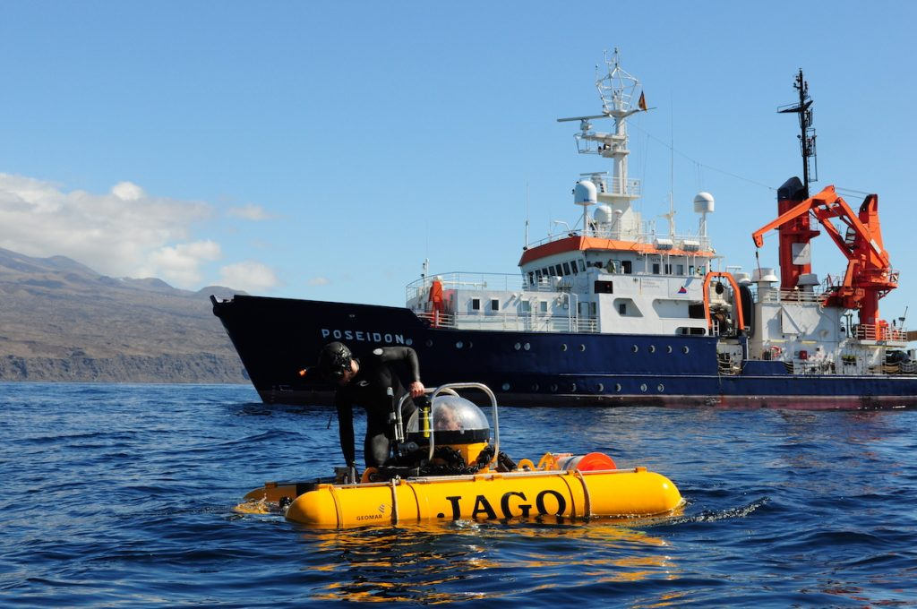 Tauchboot JAGO und FS POSEIDON vor der Kapverdeninsel Fogo / Submersible JAGO and RV POSEIDON off the Island off Fogo. Photo: Karen Hissmann/JAGO-Team