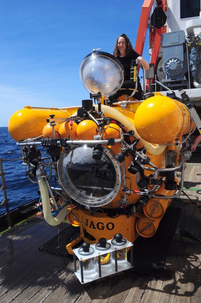 Karen Osborn, Kuratorin für Marine Invertebraten am Smithonian NMNH im Tauchboot JAGO / Karen Osborn, Curator of Marine Invertebrates at the Smithsonian NMNH. Photo: Karen Hissmann/JAGO-Team