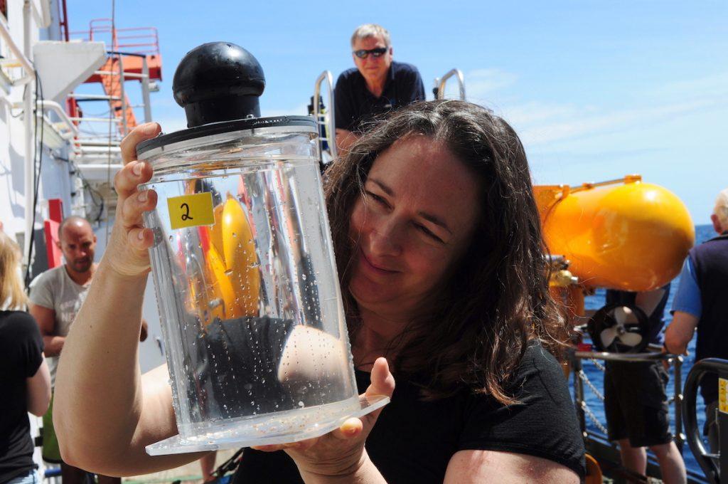 Karen Osborn zeigt eine Schöpfröhre mit vom JAGO - Team gewonnenen Proben/ Karen Osborn shows a scoop tube with samples taken by the JAGO-Team. Photo: Karen Hissmann / JAGO - Team