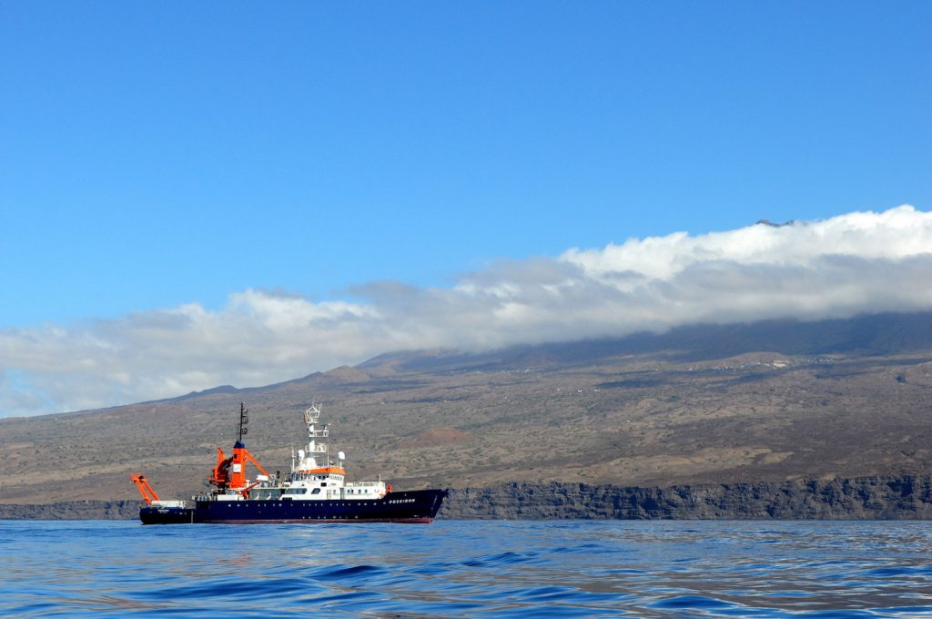 POSEIDON vor der Kapverden Insel Fogo / RV POSEIDON off the Cape Verdean island of Fogo. Photo Karen Hissmann / JAGO-Team