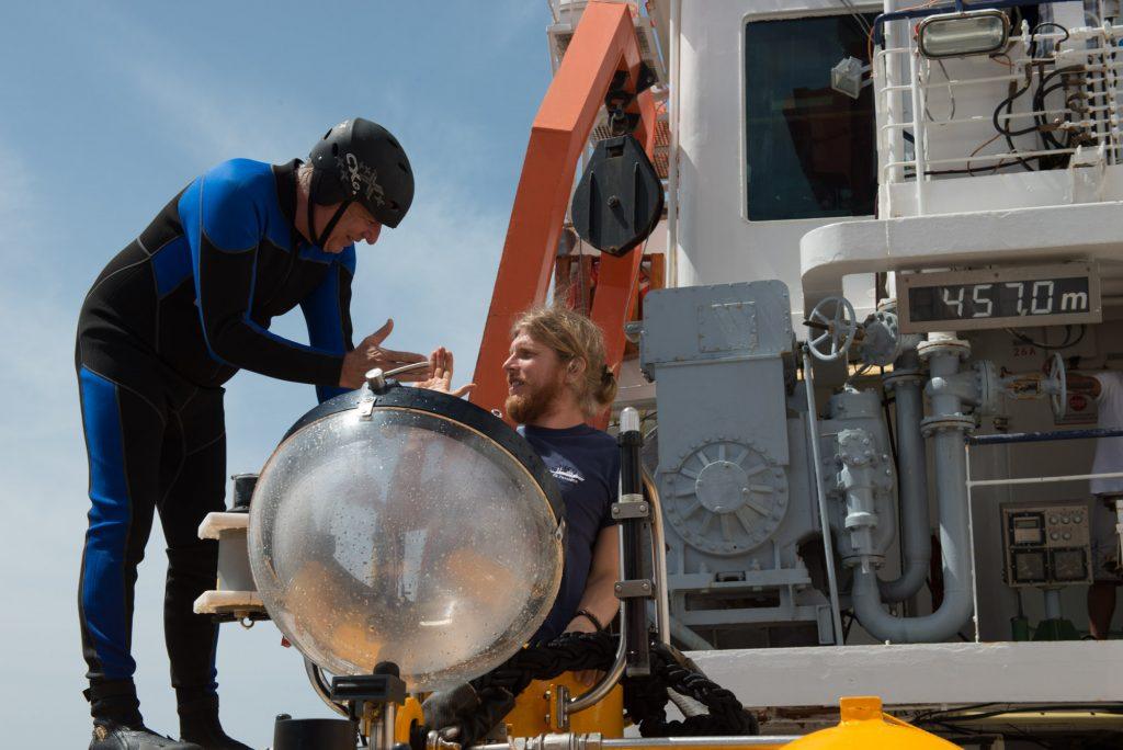 """Die beiden JAGO-Piloten Jürgen (hier als """"Hakenmann"""") und Peter. The two submersible JAGO-pilots Jürgen (in wetsuit as """"hookman"""") and Peter. Photo: JAGO-Team/GEOMAR"""