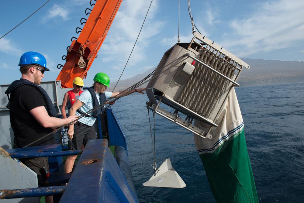 Zuwasserlassen des Multinetzes am Heck der FS POSEIDON. / Multinet deployment at the stern of RV POSEIDON. Photo: JAGO-Team/GEOMAR