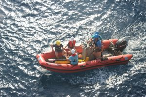 Die Ozean Gleiter werden zunächst auf ein kleines Boot gebracht und von dort ins Wasser eingelassen. / The ocean gliders are first brought onto a small boat and then deployed into the water. Photo: HZG/Paulo Calil