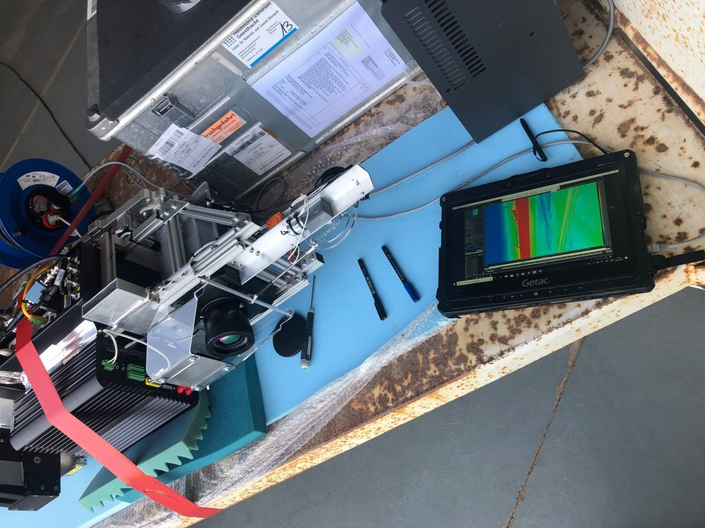 Justage der Infrarotkamera vor dem Einbau in den Wingpod. / Adjustment of the infrared camera before installation in the Wingpod. Photo: HZG/Henning Burmester