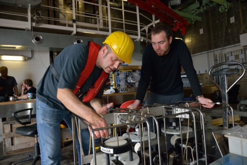 Felix Janssen and Tobias Vonnahme remove the filters from the In Situ Pumps after deployment (photo: Manfred Schulz TV & Film)
