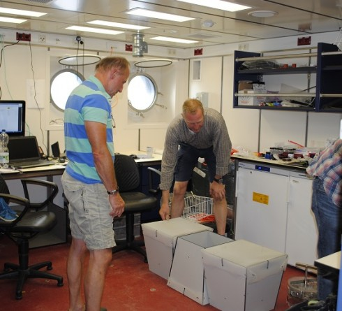 """Peter and Ralf with corrals which shall enclose sea cucumbers at the seafloor. """"How can they be organized on the elevator?"""" (Photo: khamann)"""