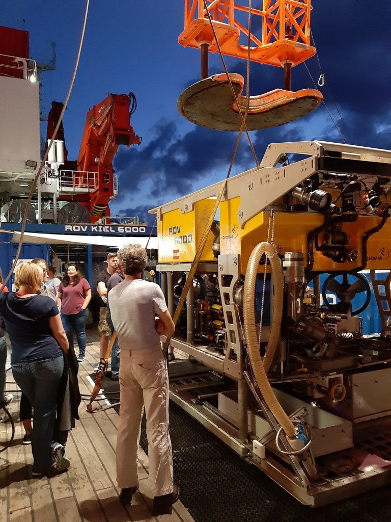 The GEOMAR ROV team giving an introduction into the ROV KIEL 6000 system. Photo: Julia Otte/MPI Bremen
