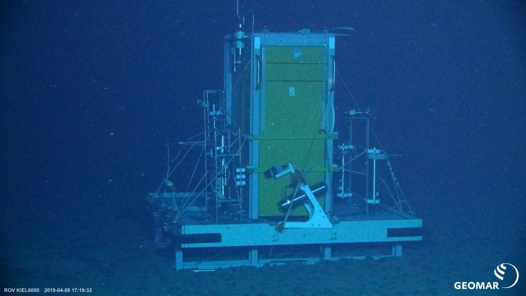 The Ocean Elevator (OCE) on the seafloor. This lander can transport smaller sensors and devices to the oceanfloor or samples back to the surface. Photo: ROV KIEL 6000/GEOMAR
