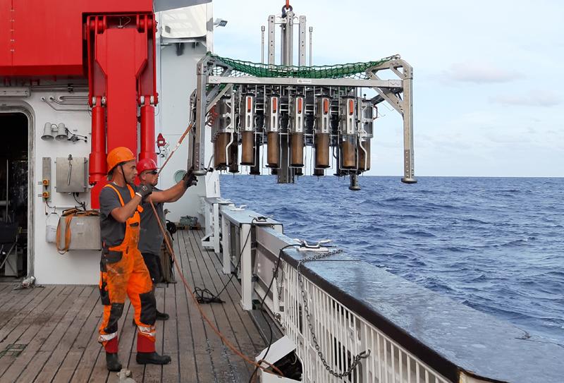 The Multicorer being recoverd / Der Multicorer kommt nach erfolgreichem Einsatz mit gefüllten Rohren zurück an Deck. Photo: Julia Otte