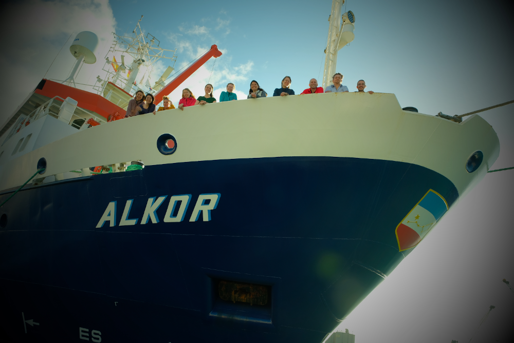 The science team of AL534-2 on the bow of Alkor