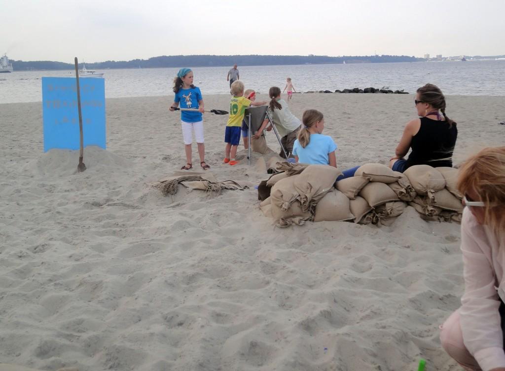 ...besonders die Jüngsten nehmen die Gelegenheit wahr, Sandsäcke zu füllen wie sonst die Feuerwehr (Foto: C.Koch)