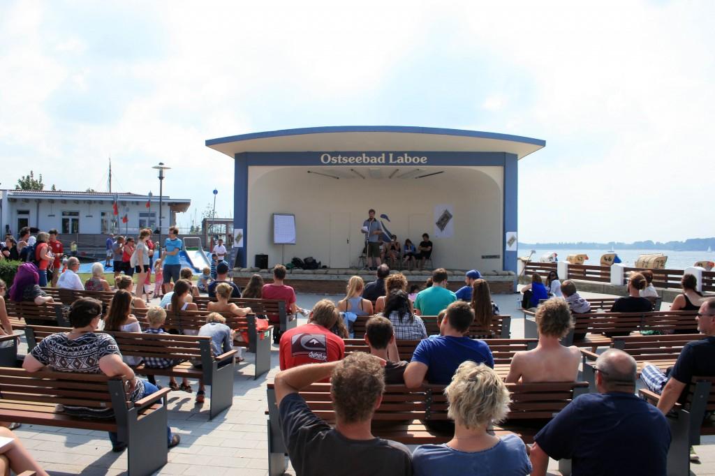 Beim Poetry-Slam wird das Publikum durch clevere Texte unterhalten und zugleich zum Nachdenken angeregt (Foto: C.Koch)