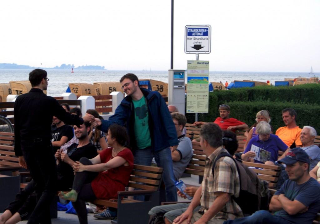 Durch ständige Interaktion mit dem Publikum werden thematische Bezüge zum Klimawandel spielerisch ins Programm aufgenommen (Foto: C.Koch)
