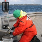 Jana is used to tapping water samples at any waveheight! Photo: Maike Nicolai, GEOMAR