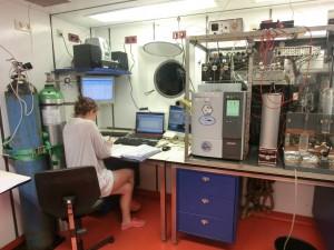 Arbeit am Gaschromatographen. Bild Elisabeth Eßer
