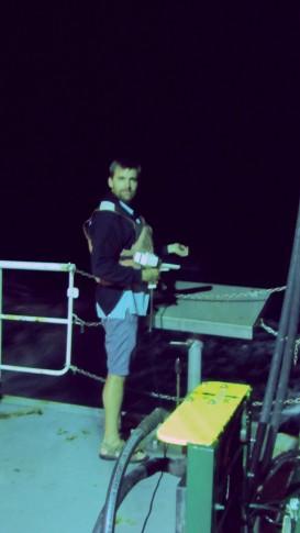 Dave launches an XBT-probe during our evening shift from the back deck at full cruise speed. / Bei voller Fahrt legt Dave während unserer Abendschicht eine XBT-Sonde aus. (Photo by Meike)