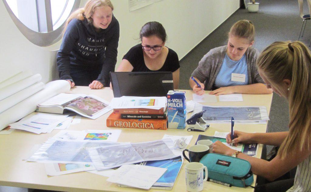 Books, papers, maps, and coffee – like actual scientists, the girls work together on their final presentation. / Bücher, Artikel, Karten und Kaffee – wie echte Wissenschaftler arbeiten die Mädels gemeinsam an ihrem Abschlussvortrag. (© M. Klischies)