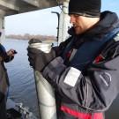 """Marian Brabender erklärt die Funktion des """"Air suction samplers"""", mit dem Sedimentproben genommen werden können. Foto: Yasmin Appelhans"""
