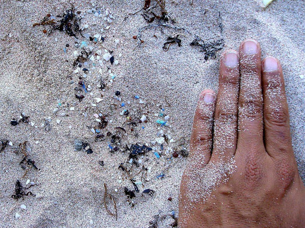 Mikroplastik am Strand der Osterinsel. Das Mikroplastik, das sich hier ansammelt, stammt aus dem Zerfall großer Plastikteile auf See. So hoch wie auf diesem Bild ist die Belastung mit Mikroplastik an unseren Küsten zum Glück nicht. Foto: Valeria Hidalgo-Ruz