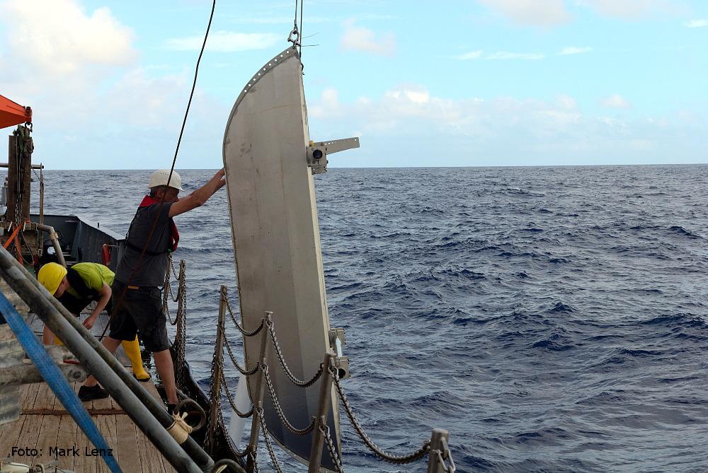 Der Katamaran-Trawl wird von Deck aus ins Meer gelassen.Foto: Mark Lenz/GEOMAR