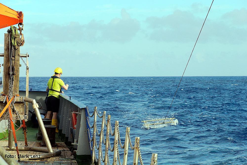 Nach dem Aussetzen wird der Katamaran für eine bestimmte Zeit hinter dem Schiff hergezogen. Dabei wird Material von der Meeresoberfläche abgesammelt. Foto: Mark Lenz/GEOMAR