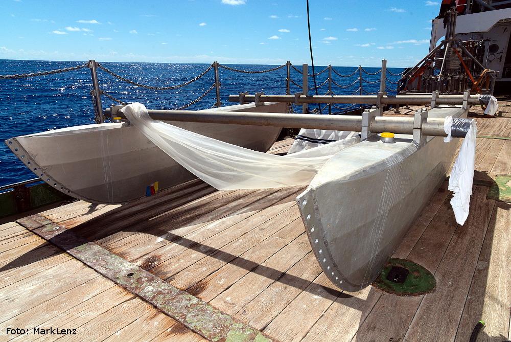 Der Katamaran mit zwei großen Aluminiumrümpfen ermöglicht es, ein Netz genau an der Wasseroberfläche zu ziehen. Foto: Mark Lenz/GEOMAR