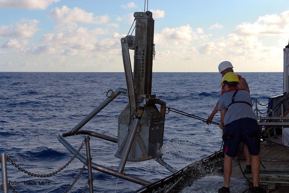 Der wuchtige Kastengreifer wird von der Crew wieder an Bord genommen. Kein leichtes Manöver. Foto: Mark Lenz/GEOMAR