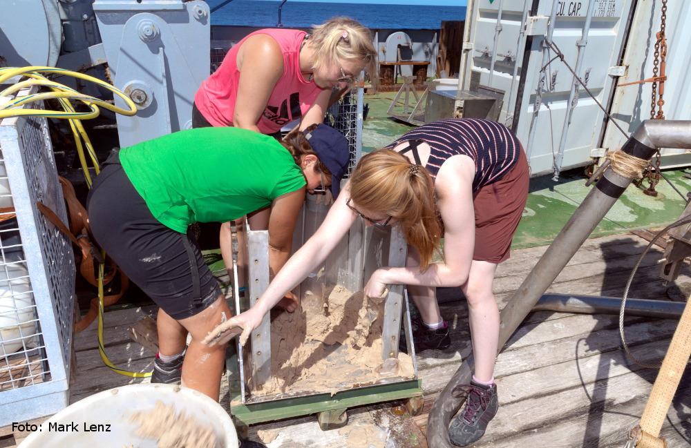 Aus dem Kastengreifer werden zunächst Stechrohre mit Sediment entnommen. Foto: Mark Lenz/GEOMAR