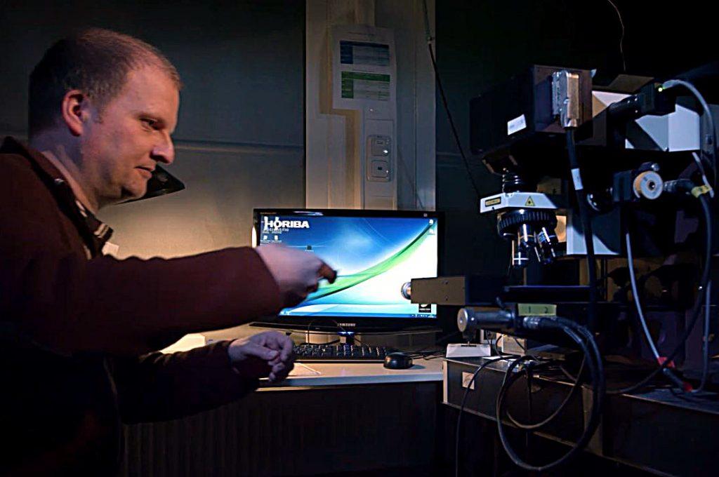 Alle Mikropartikel, die wir in unseren Proben finden werden, müssen letztendlich mit spektroskopischen Methoden identifiziert werden. Hier sieht man Dr. Matthias Haeckel vom GEOMAR an einem Raman-Spektroskop. Foto: Mark Lenz/GEOMAR