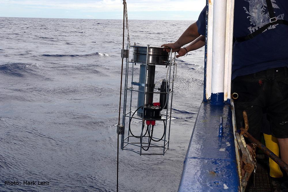 Die Unterwasserpumpen befinden sich in dosenförmigen Edelstahlgehäusen am oberen Ende eines Gestells, das an einem Drahtseil befestigt und vom Schiff aus in eine bestimmte Tiefe hinabgelassen wird. Foto: Mark Lenz/GEOMAR