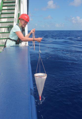 Charlotte lässt das Handnetz zu Wasser. Foto: Inken Schulze