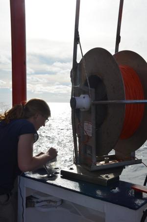Foto: Mareike Körner operating the Microstructure Sonde,  Melina Mehlmann