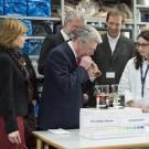 Bundespräsident Joachim Gauck zu Besuch am GEOMAR. Hier zeigt ihm eine Wissenschaftlerin, was es mit Kohlendioxid im Wasser auf sich hat. (Foto: Ronald Frommann)