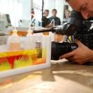 Ein Experiment zur Verteilung von unterschiedlich salzhaltigem Wasser. Foto: Maike Nicolai, GEOMAR