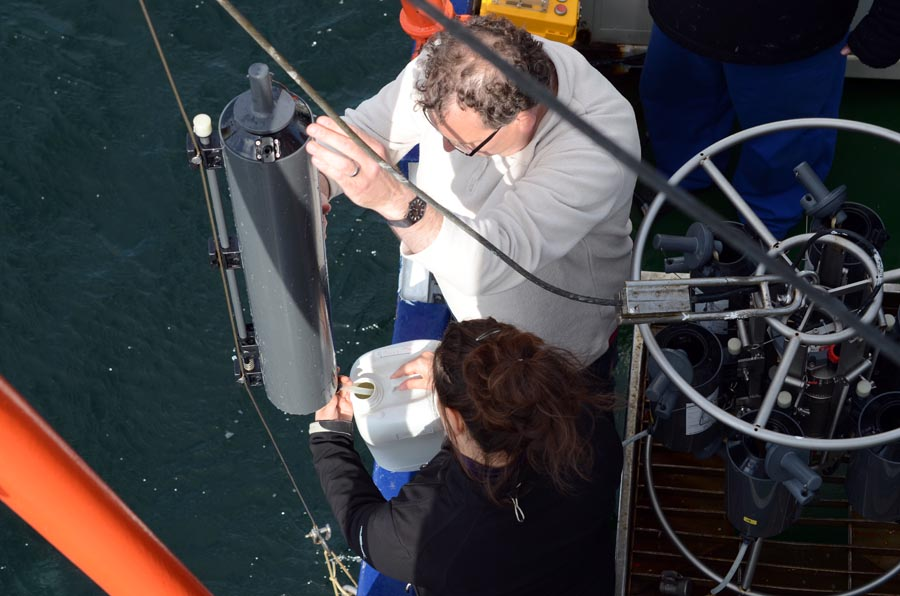 Wasserproben für den Ocean Sampling Day an der Zeitserienstation Boknis Eck. Foto: J. Steffen, GEOMAR