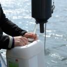 Wasserproben für den OSD. Foto: J. Steffen, GEOMAR