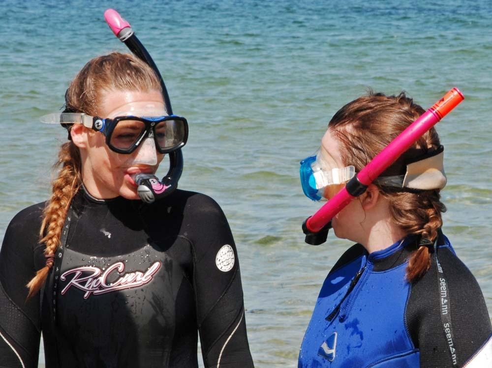 Die zehnjährige Anne begleitet die Meeresbiologin Isabel Keller. Foto: Maike