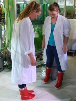 Anne steht plötzlich ihrem großen Vorbild Isabel in Arbeitskleidung gegenüber und guckt ungläubig an sich hinunter. Foto: Maike Nicolai, GEOMAR
