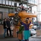 """Das Fernsehteam der Sendung """"neuneinhalb"""" mit Wissenschaftlerin Janina Büscher und Pilot Jürgen Schauer vor und in dem Tauchboot """"Jago"""" im GEOMAR. Foto: Yasmin Appelhans"""