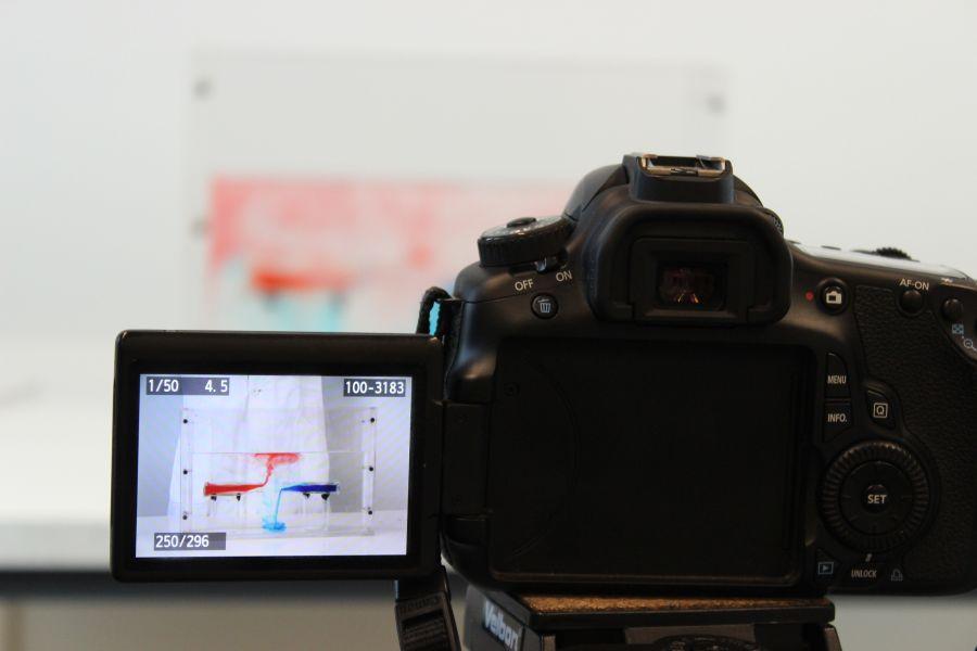 Milla Bigus hat genaue Vorstellungen, wie die Dokumentation ihrer Arbeit aussehen soll. Der Versuchsaufbau zu ihrem Vorexperiment wird gut ausgeleuchtet fotografiert. Foto: B. König, GEOMAR