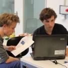 Michel Tölke (15, rechts) und Yves Zellmer (16) möchten mit der Unterstützung von Betreuer Gerd Krahmann ein autonomes Unterwasserfahrzeug für Unterwassermessungen bauen, einen sogenannten Glider. Foto: B. König, GEOMAR