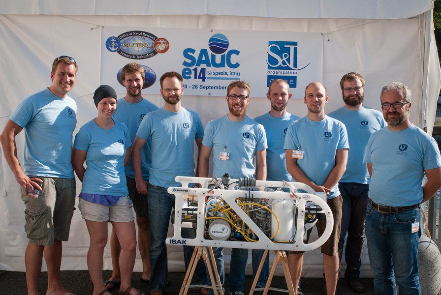 """Die stolzen Zweitplatzierten beim internationalen Wettbewerb """"Student Autonomous Underwater Vehicle Challenge - Europe"""" in La Spezia. Foto: AUV-Team, GEOMAR"""