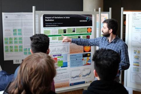Konferenzalltag für potenzielle Nachwuchsforscher: Wissenschaftler diskutieren mit Schülerinnen und Schülern Projekte und Ergebnisse im Rahmen einer Postersession. Foto: J. Steffen, GEOMAR
