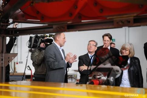 Dr. Peter Linke, Leiter des Technik- und Logistikzentrums am GEOMAR (links) erklärt EU-Kommissar Karmenu Vella (3.v.r.) und der Europaabgeordneten Ulrike Rodust Tiefseetechnik im TLZ. Foto: Jan Steffen, GEOMAR