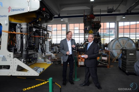 Mit Spaß bei der Sache: Dr. Peter Linke (GEOMAR, links) und EU-Kommissar Karmenu Vella vor ROV PHOCA im Technik- und Logistikzentrum des GEOMAR. Foto: J. Steffen, GEOMAR