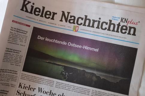 """Der Beweis: Ausgerechnet in der Woche der """"Sun-Climate Connections"""" Konferenz waren in Kiel Polarlichter zu sehen. Titelseite der Kieler Nachrichten von Donnerstag mit einem Foto von Frank Peter."""